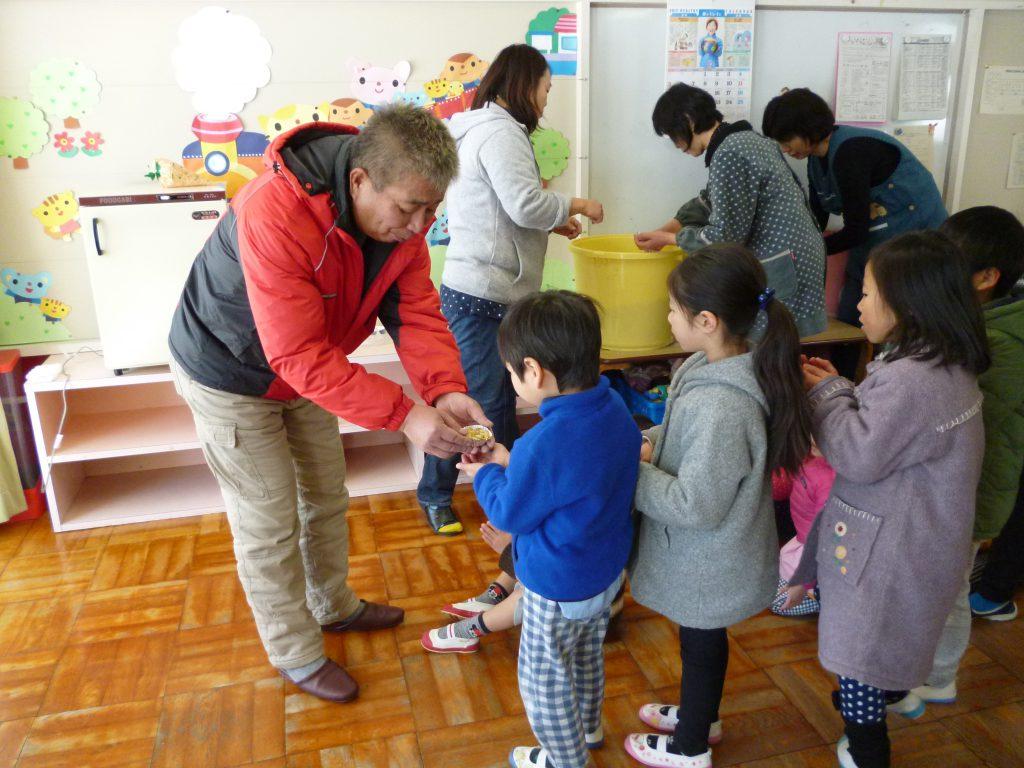 米のお菓子で園児に食育